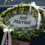 Das Just Married-Schild wird nach Wunsch mit Efeu und Schleierkraut oder Schleifen dekoriert.