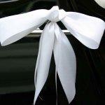 2 oder 4 Schleifenbänder an den Türgriffen runden den Gesamteindruck an den Fahrzeugseiten elegant ab - hier in weiß.