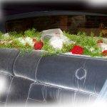 Bei einigen Fahrzeugen lässt sich die Hutablage gut dekorieren - hier mit Blütenköpfen, Grün und Tüll.