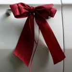 12.2 - 2 breite Schleifenbänder für die Türgriffe, € 19,-