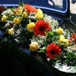 Ein schönes Haubengesteck wertet das Erscheinungsbild des Hochzeitsautos zusätzlich auf. Sie geben hierbei die Farbe/n vor, die Floristin sucht dazu die passenden Blumen der Saison aus und rundet das Gesteck mit Grün, Schleierkraut und Schleifenband ab.