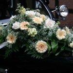 1.10 Gesteck mit Blumen der Saison, € 74,-