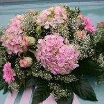 1.11 Gesteck mit Blumen der Saison, € 74,-