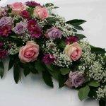 1.2 Gesteck mit Blumen der Saison, € 74,-