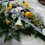 1.4 Gesteck mit Blumen der Saison, € 74,-