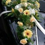 1.5 Gesteck mit Blumen der Saison, € 74,-