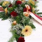 1.6 Gesteck mit Blumen der Saison, € 74,-