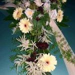 1.7 Gesteck mit Blumen der Saison, € 74,-