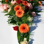 1.8 Gesteck mit Blumen der Saison, € 74,-