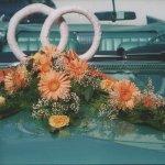 2.5 Gesteck mit stehenden Trauringen und Blumen der Saison, € 84,-