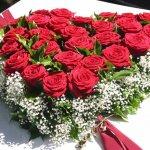 Ein klassisches rotes Rosenherz mit weißem Schleierkraut und Grün abgestimmt, € 109,-