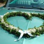 8.3 Girlande aus Buchsbaum/Frischgrün und/oder Efeuranken mit Blüten und Schleifen besetzt