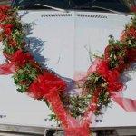 8.5 Girlande aus Buchsbaum/Frischgrün und/oder Efeuranken mit Blüten und Schleifen besetzt