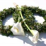 Eine dezente, stilvolle Dekoration, die mit Blumen der Saison besetzt wird, Farbe/n nach Ihrer Wahl.